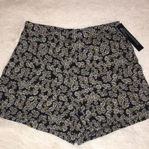 ❤️bundle 2 for $20❤️Black size large daisy shorts